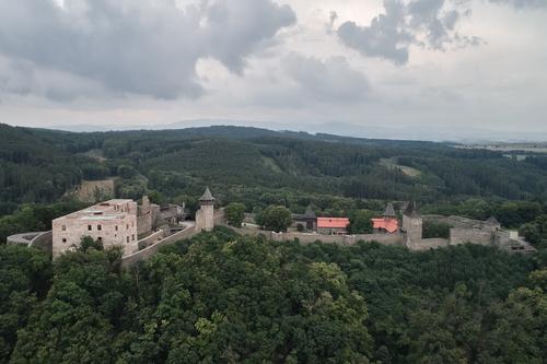 Rekonstrukce umožnila opětovné zpřístupnění jednoho znašich největších hradních komplexů; nová trasa vede návštěvníky různými úrovněmi paláce, otevírá nové perspektivy aodkrývá historické stavební techniky.