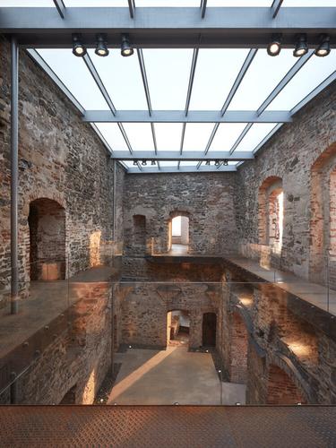 Ploché střechy zpískovaného skla dodávají vnitřnímu prostoru jedinečnou atmosféru sdostatkem rozptýleného světla, takže vnávštěvníkovi převládá pocit, že má nad hlavou otevřenou oblohu.