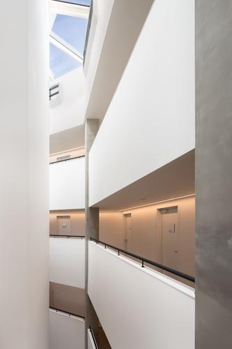 Vnitřní uspořádání domu odpovídá typologii hotelu; přísun denního světla do chodeb ubytovacích bloků zajišťují atria navazující na jednotlivá komunikační jádra.