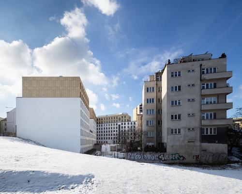 Nový dům částečně uzavírá historický městský blok; vbudoucnu na něj naváže další výstavba.