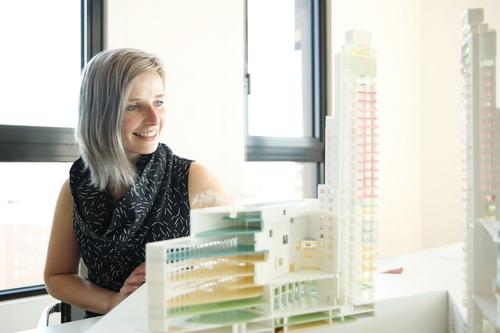 Petra Ross s modelem KBC tower, tzv. kulturní věží v Antverpách, jejíž projekt zpracovávala; zdroj: CONIX RDBM Architects.