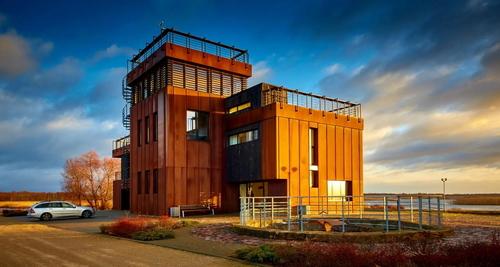 Fasádu budovy BĀKA Lighthouse v Lotyšsku tvoří materiál Cor-Ten®, který dodala společnost Ruukki; zdroj: Ruukki.