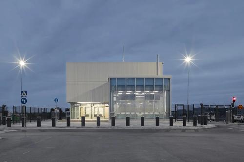 Společnost Ruukki dodala na budovu vrátnice jaderné elektrárny Hanhikivi ve Finsku modrošedé a grafitově šedé fasádní lamely – Lamella 70 v titanzinku; zdroj: Ruukki.