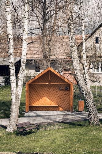 David Ptáček: zastávka Kukačka vmístní části Hluboká, 2019; svým tvarem malého domečku se sedlovou střechou může připomínat dřevěnou skříňku kukačkových hodin; foto: Matěj Chabera.
