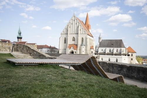 ORA: vyhlídková lavička ve Znojmě, 2020; městský mobiliář vareálu rotundy sv. Kateřiny kombinující lavičku slehátkem; foto: ORA.